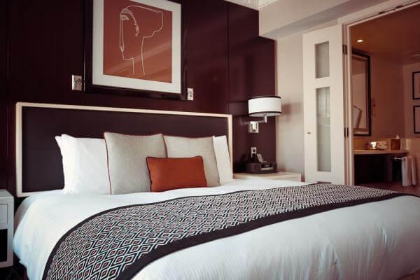 Dormitorio pared chocolate
