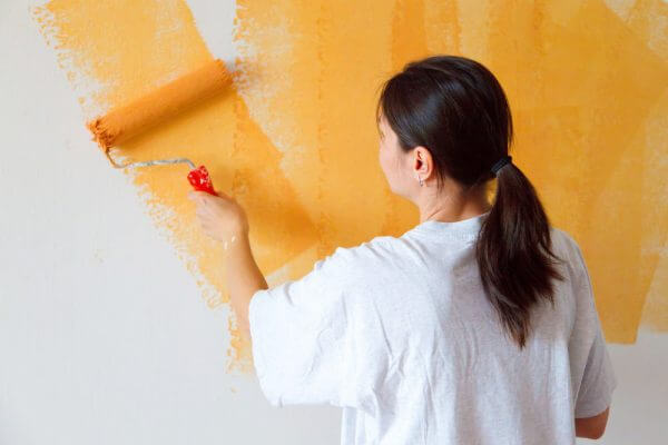 Pintando pared naranja