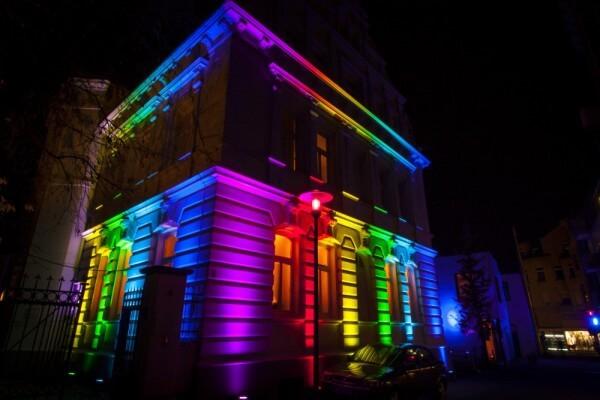 Casa iluminada de colores