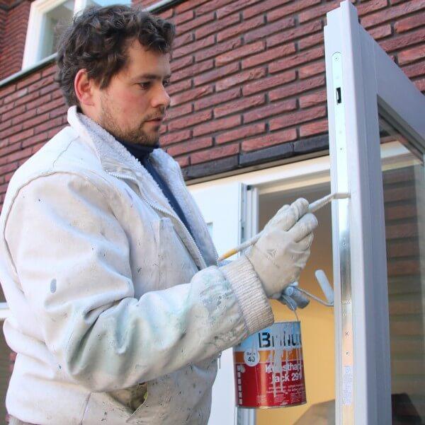 Pintor pintando ventana